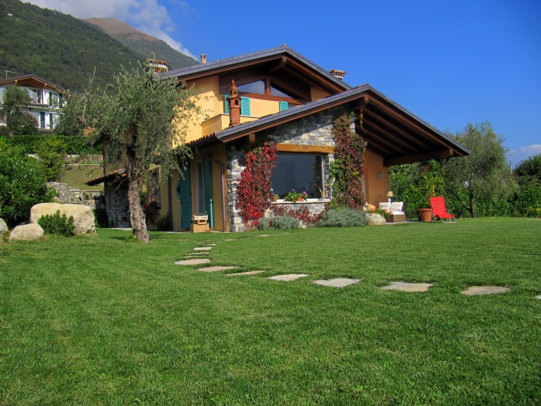 Curatissima villa con giardino e bellissima vista lago - Giardini di villette ...